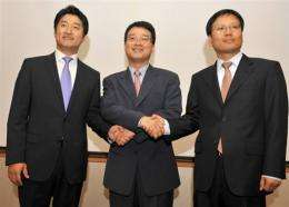 eBay's Jae Lee (centre), shakes hands with executives Park Joo-man (left) and Ku Young-Bae
