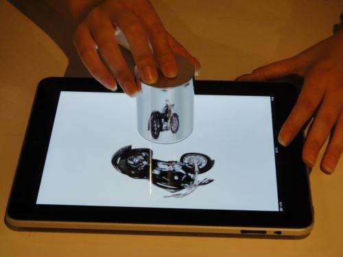 Researchers showcase cylindrical mirror on iPad