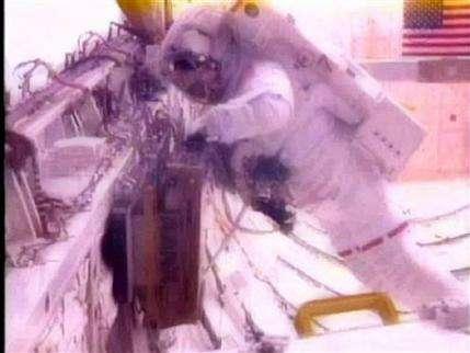 Glitch makes NASA cut short Endeavour spacewalk (AP)