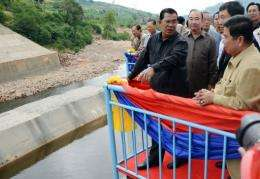 Hun Sen (centre) talks to Industry Minister Suy Sem (R), at the inauguration of the Kamchay hydropower dam today