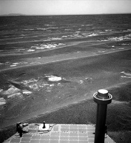 Surviving NASA rover nears rim of Martian crater (AP)