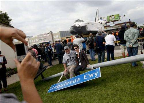 Shuttle Xing: Endeavour treks through LA streets