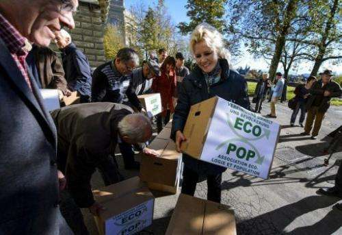 Ecopop delivers signatures to the Swiss chancelory