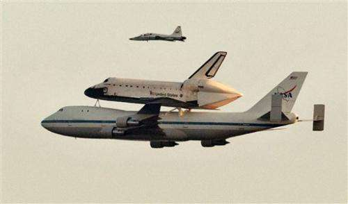 Kelly, Giffords watch Endeavour fly over Ariz.