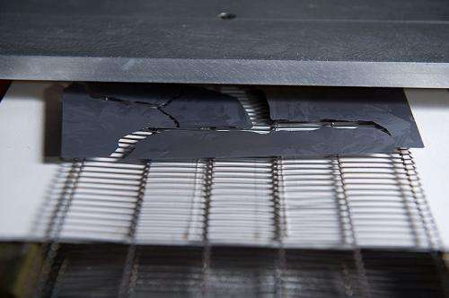 Device tosses out unusable PV wafers