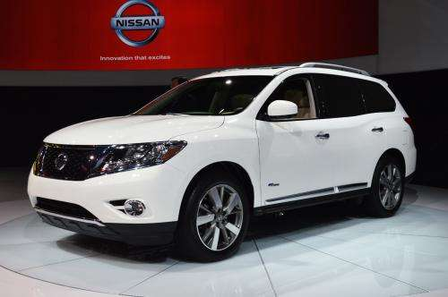 2014 Nissan Pathfinder Hybrid: 26 mpg combined fuel economy and 526-mile driving range