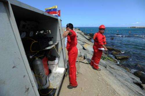 Divers work on the installation of a fiber optic cable between Venezuela and Cuba on January 22, 2011