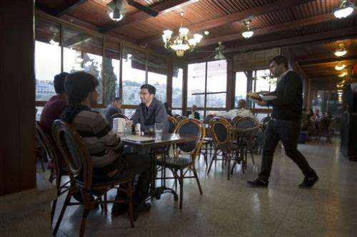 Israeli restaurant: Turn off phone, get discount