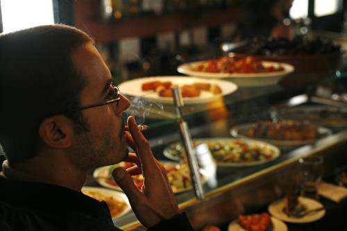 Smoking in the entrances to bars increases the presence of nicotine inside