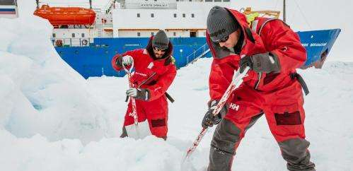 An icebreaker gets stuck in the ice, photos are used to mislead