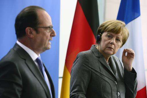 """German Chancellor Angela Merkel (R) and French President Francois Hollande say they want to """"decarbonise"""" the global e"""