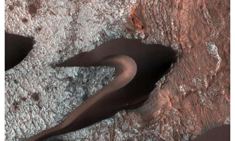 Orbiter views Mars surface fractures