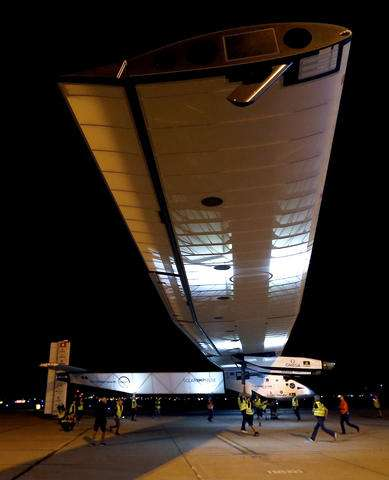 Solar plane arrives in Arizona on latest leg of global trip