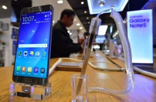 A man looks at Samsung Electronics' Galaxy Note5 at its showroom in Seoul on October 29, 2015