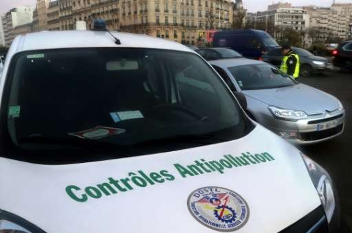 French traffic police control cars as they try to enforce the anti-pollution measures across Paris, on December 8, 2016