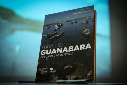 "View of the book ""Baia de Guanabara: Descaso e Resistencia (Guanabara Bay: Neglect and Resistance)"" by Brazilian jouna"