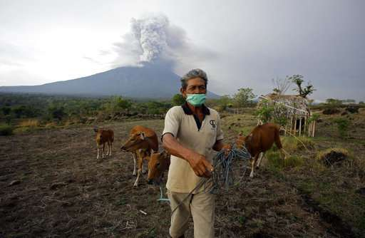 Bali Volcano Spits Ash 2 5 Miles In The Sky Airport Closed Update