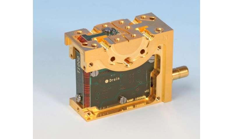 High-sensitivity microwave amplifier detects very weak signals
