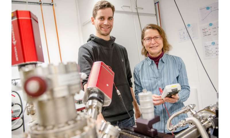 Tracking a solvation process step by step