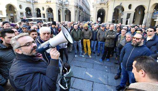 Italian taxi drivers stage wildcat strike over pro-Uber bill