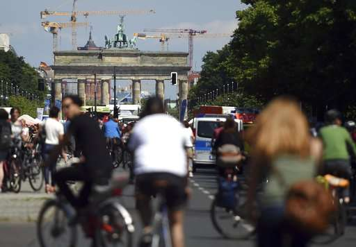 Berlin to expand bike lines, approves self-driving car test