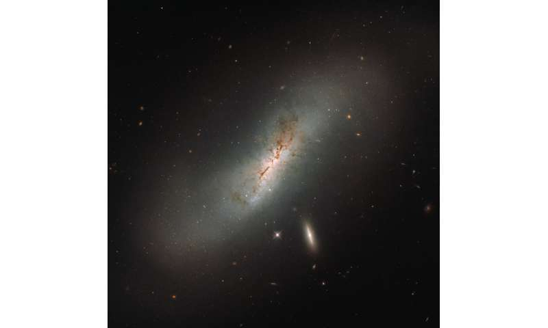 Hubble's double galaxy gaze: Leda and NGC 4424
