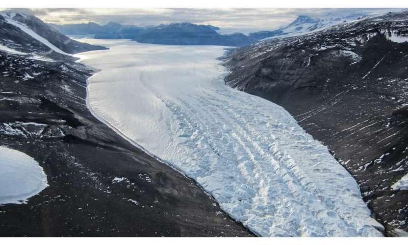 Tracing subglacial water storage