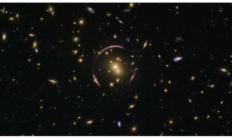 Hubble finds an Einstein ring 1-imagehubblef