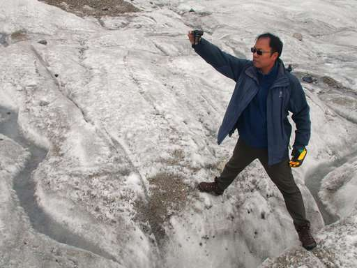 Melting glacier in China draws tourists, climate worries
