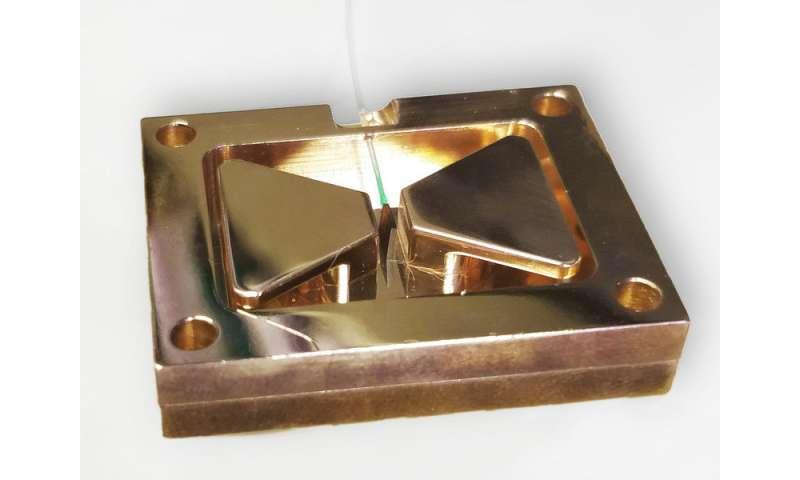 Superradiance quantum effect detected in tiny diamonds