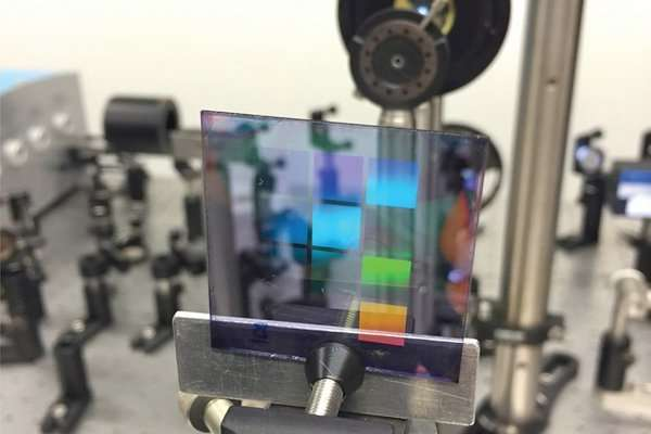 New type of low-energy nanolaser that shines in all directions
