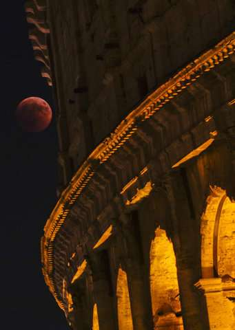 The world looks at the total lunar eclipse, the longest of this century