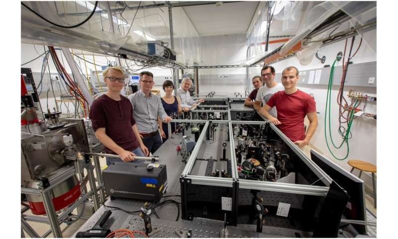 Reaction of a quantum fluid to photoexcitation of dissolved particles observed for the first time