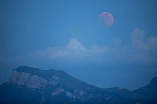 The world looks at the total lunar eclipse, the longest of the century