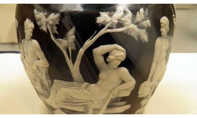 Air bubbles in ancient glass reveal production technique