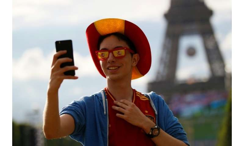 A 'mobile multifonction' also comes in handy to take a selfie with the Eiffel Tower.