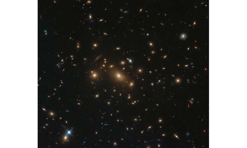 Hubble sees galaxy with 3 supernovas