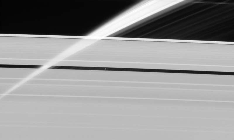 Image: Veil of ice in Saturn's rings