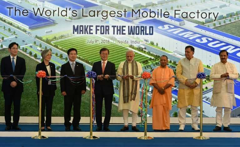 Moon (4L) and Modi (4R) inaugurated the giant assembling plant in the city of Noida