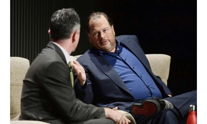 Salesforce head Marc Benioff (R) says his fellow billionaires are hoarding money and don't want to help the homeless