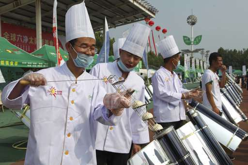 Solar cookout aims to woo traditional chefs, cut carbon