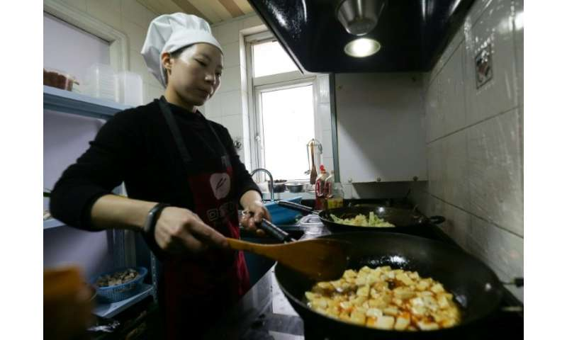 Su Xiaosu fries up Jiangsu specialties in her tiny home kitchen