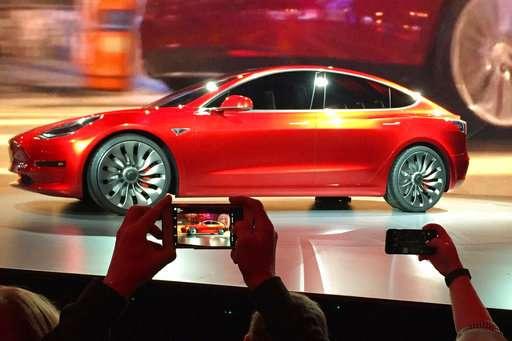 Tesla raises production but falls short of Model 3 goals