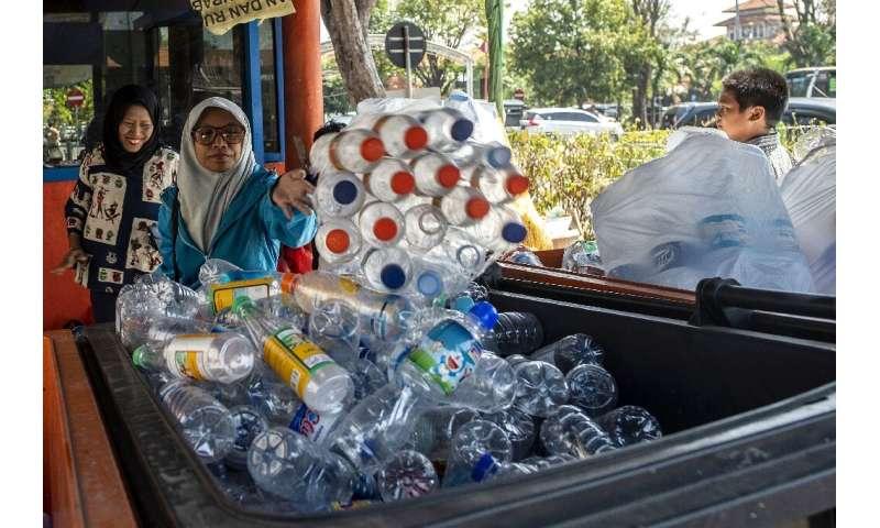 Resultado de imagen para Indonesia plastic bus Surabaya
