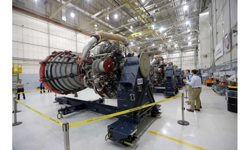 "NASA: Intense work on the rocket for future lunar shots ""title ="" Media and Staff View Four RS-25 engines previously used for space shuttle missions and for the core phase of the NASA space launch system (Space Launch System, SLS), which will propel the Orion spacecraft and ultimately a crew to the Moon and beyond, Friday, June 28, 2019, NASA's Michoud Assembly Facility in New Orleans. (AP Photo / Gerald Herbert)"
