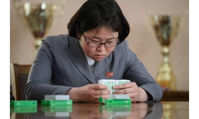 Photo prise le 17 avril 2019 montrant Kim Su Rim mémorisant un paquet de cartes à l'université Kim Hyong Jik de Pyongyang