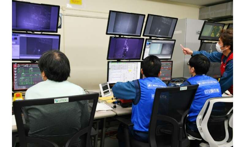 The withdrawal of nuclear fuel is a delicate operation for the Tokyo Electric Power Co