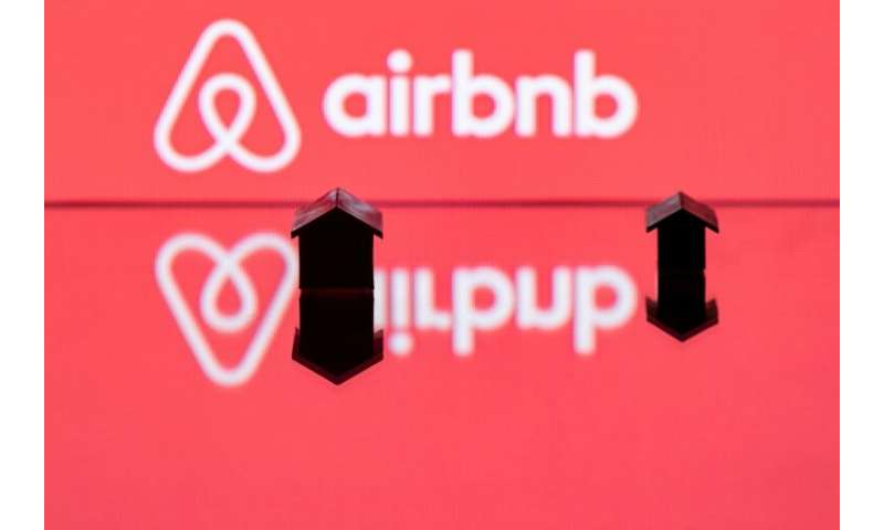 Airbnb is broadening its lodging offerings with the acquisition of last-minute booking app HotelTonight