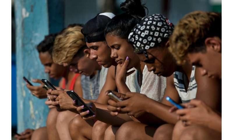 Comme les Cubains, comme ces jeunes récemment vus à La Havane, bénéficient d'une connectivité Internet croissante, le gouvernement envisage de