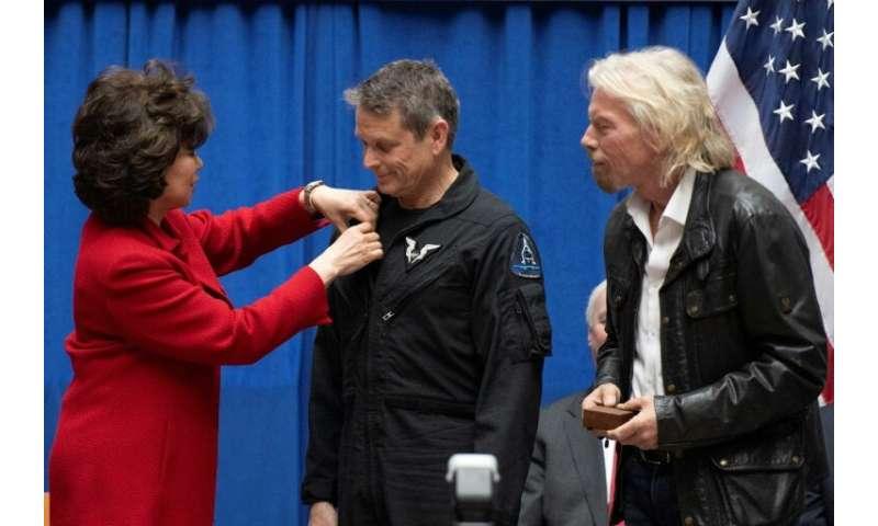 """La secrétaire aux Transports américaine, Elaine Chao, remet les """"ailes d'astronaute"""" à Mark Stucky à Washington le 7 f"""